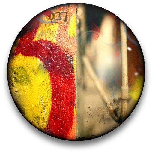 Oeuvre CIRCULAIRE 10. Technique mixte sur panneau de bois circulaire (photographie nocturne, travail numérique, peinture aérosol et époxy) par l'artiste visuel Pascal Normand.