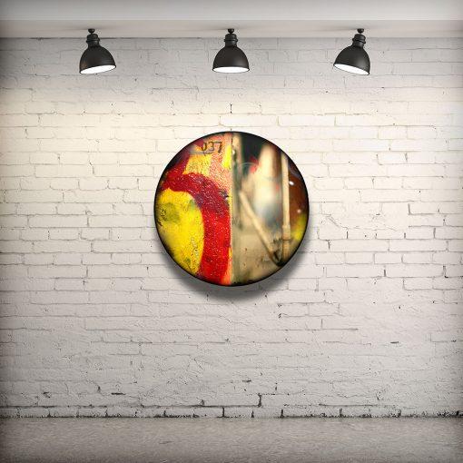 CIRCULAIRE 10 en contexte. Technique mixte sur panneau de bois circulaire (photographie nocturne, travail numérique, peinture aérosol et époxy) par l'artiste visuel Pascal Normand.
