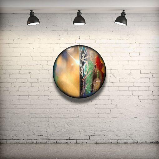 CIRCULAIRE 11 en contexte. Technique mixte sur panneau de bois circulaire (photographie nocturne, travail numérique, peinture aérosol et époxy) par l'artiste visuel Pascal Normand.