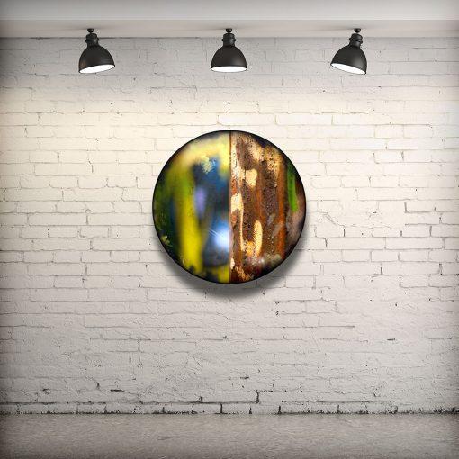 CIRCULAIRE 12 en contexte. Technique mixte sur panneau de bois circulaire (photographie nocturne, travail numérique, peinture aérosol et époxy) par l'artiste visuel Pascal Normand.