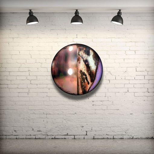 CIRCULAIRE 13 en contexte. Technique mixte sur panneau de bois circulaire (photographie nocturne, travail numérique, peinture aérosol et époxy) par l'artiste visuel Pascal Normand.