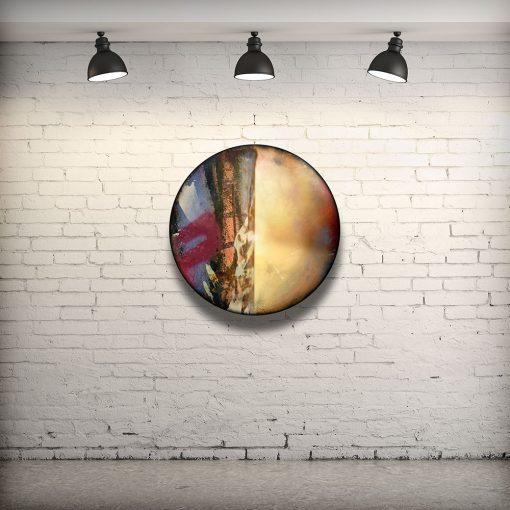 CIRCULAIRE 14 en contexte. Technique mixte sur panneau de bois circulaire (photographie nocturne, travail numérique, peinture aérosol et époxy) par l'artiste visuel Pascal Normand.