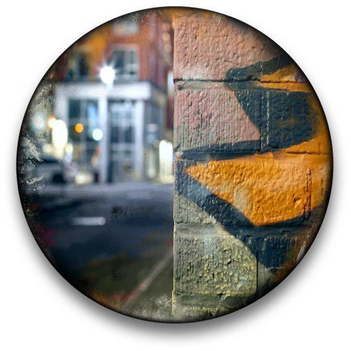 Oeuvre CIRCULAIRE 15. Technique mixte sur panneau de bois circulaire (photographie nocturne, travail numérique, peinture aérosol et époxy) par l'artiste visuel Pascal Normand.