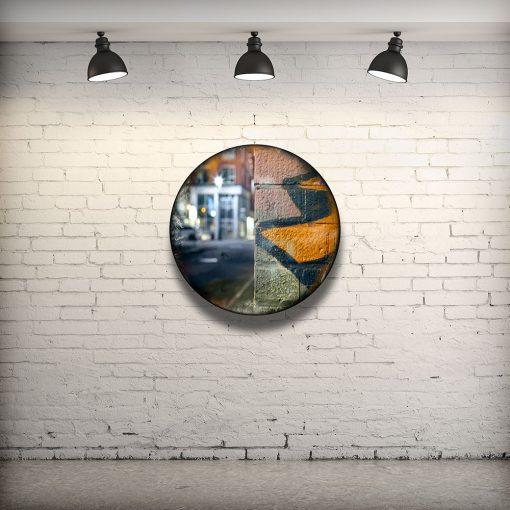 CIRCULAIRE 15 en contexte. Technique mixte sur panneau de bois circulaire (photographie nocturne, travail numérique, peinture aérosol et époxy) par l'artiste visuel Pascal Normand.