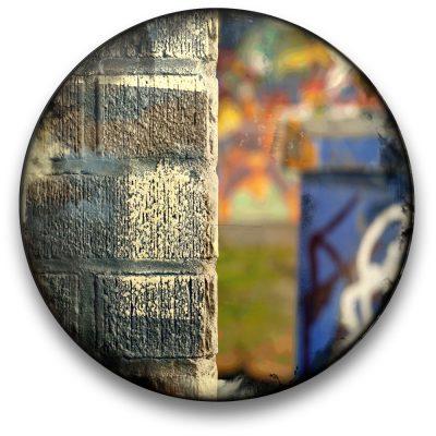 Oeuvre CIRCULAIRE 16. Technique mixte sur panneau de bois circulaire (photographie nocturne, travail numérique, peinture aérosol et époxy) par l'artiste visuel Pascal Normand.