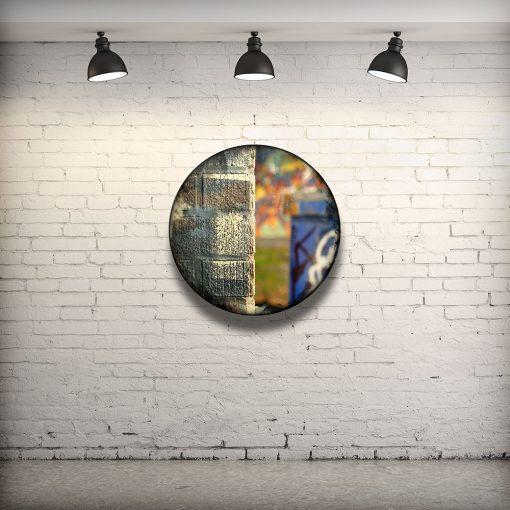 CIRCULAIRE 16 en contexte. Technique mixte sur panneau de bois circulaire (photographie nocturne, travail numérique, peinture aérosol et époxy) par l'artiste visuel Pascal Normand.