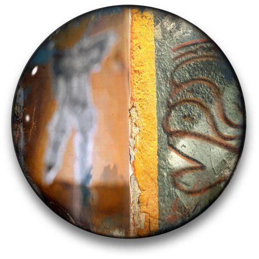 Oeuvre CIRCULAIRE 17. Technique mixte sur panneau de bois circulaire (photographie nocturne, travail numérique, peinture aérosol et époxy) par l'artiste visuel Pascal Normand.