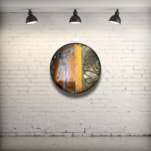 CIRCULAIRE 17 en contexte. Technique mixte sur panneau de bois circulaire (photographie nocturne, travail numérique, peinture aérosol et époxy) par l'artiste visuel Pascal Normand.