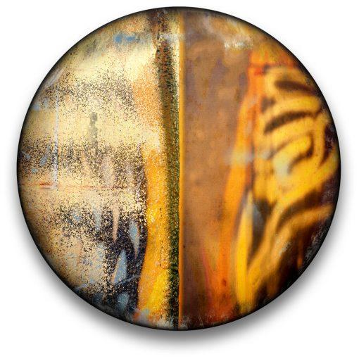 Oeuvre CIRCULAIRE 18. Technique mixte sur panneau de bois circulaire (photographie nocturne, travail numérique, peinture aérosol et époxy) par l'artiste visuel Pascal Normand.