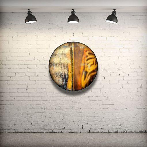 CIRCULAIRE 18 en contexte. Technique mixte sur panneau de bois circulaire (photographie nocturne, travail numérique, peinture aérosol et époxy) par l'artiste visuel Pascal Normand.
