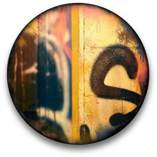 Oeuvre CIRCULAIRE 19. Technique mixte sur panneau de bois circulaire (photographie nocturne, travail numérique, peinture aérosol et époxy) par l'artiste visuel Pascal Normand.