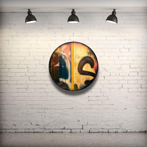 CIRCULAIRE 19 en contexte. Technique mixte sur panneau de bois circulaire (photographie nocturne, travail numérique, peinture aérosol et époxy) par l'artiste visuel Pascal Normand.
