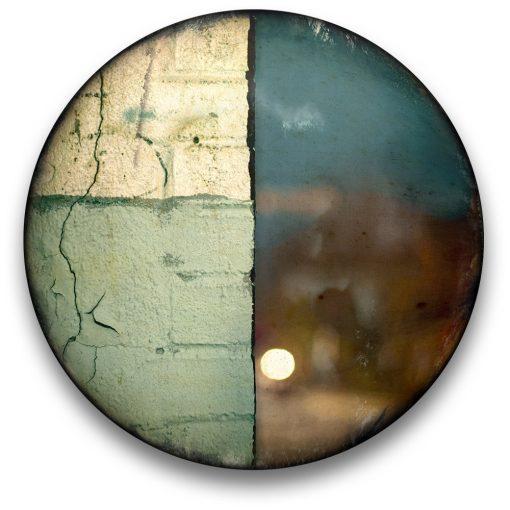 Oeuvre CIRCULAIRE 1. Technique mixte sur panneau de bois circulaire (photographie nocturne, travail numérique, peinture aérosol et époxy) par l'artiste visuel Pascal Normand.