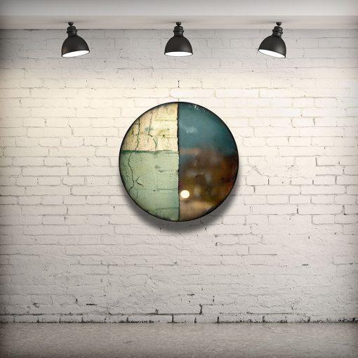 CIRCULAIRE 1 en contexte. Technique mixte sur panneau de bois circulaire (photographie nocturne, travail numérique, peinture aérosol et époxy) par l'artiste visuel Pascal Normand.