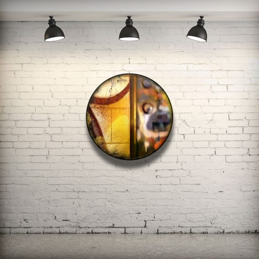 CIRCULAIRE 20 en contexte. Technique mixte sur panneau de bois circulaire (photographie nocturne, travail numérique, peinture aérosol et époxy) par l'artiste visuel Pascal Normand.
