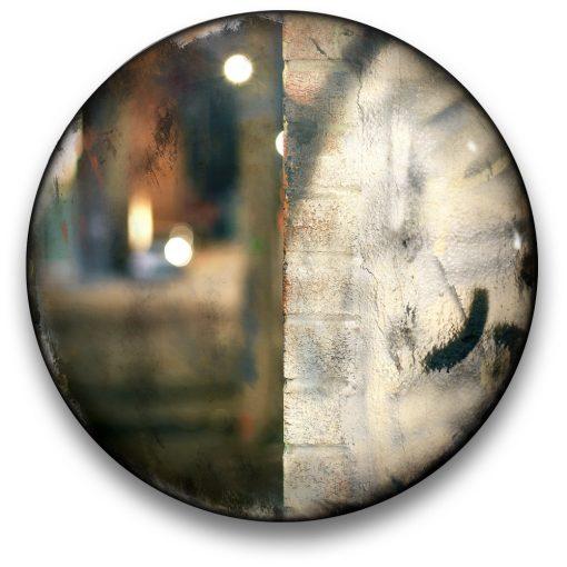 Oeuvre CIRCULAIRE 2. Technique mixte sur panneau de bois circulaire (photographie nocturne, travail numérique, peinture aérosol et époxy) par l'artiste visuel Pascal Normand.