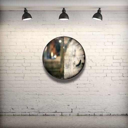 CIRCULAIRE 2 en contexte. Technique mixte sur panneau de bois circulaire (photographie nocturne, travail numérique, peinture aérosol et époxy) par l'artiste visuel Pascal Normand.