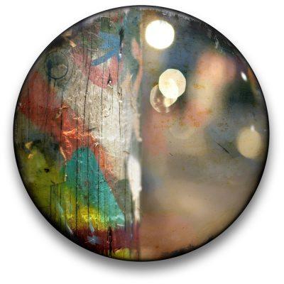 Oeuvre CIRCULAIRE 3. Technique mixte sur panneau de bois circulaire (photographie nocturne, travail numérique, peinture aérosol et époxy) par l'artiste visuel Pascal Normand.