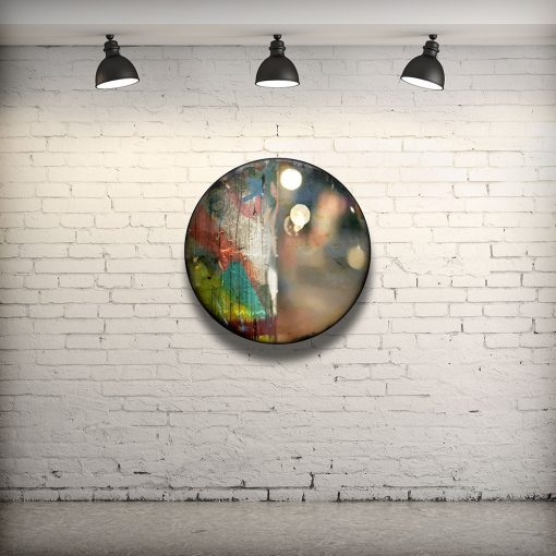 CIRCULAIRE 3 en contexte. Technique mixte sur panneau de bois circulaire (photographie nocturne, travail numérique, peinture aérosol et époxy) par l'artiste visuel Pascal Normand.