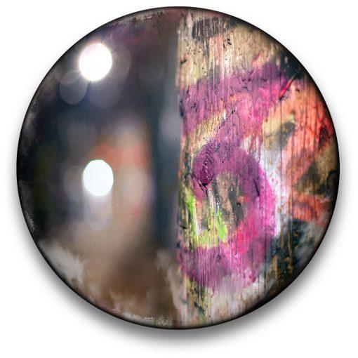 Oeuvre CIRCULAIRE 4. Technique mixte sur panneau de bois circulaire (photographie nocturne, travail numérique, peinture aérosol et époxy) par l'artiste visuel Pascal Normand.
