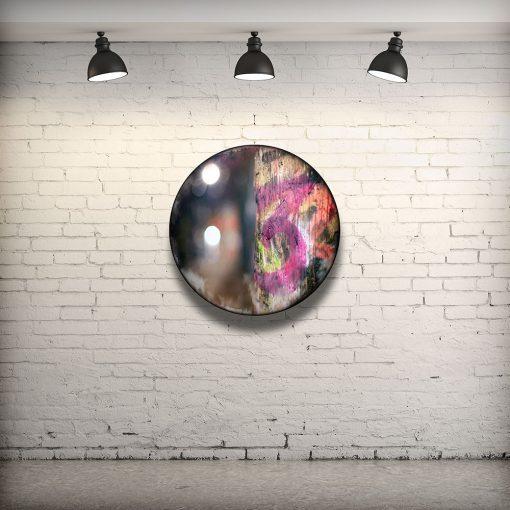 CIRCULAIRE 4 en contexte. Technique mixte sur panneau de bois circulaire (photographie nocturne, travail numérique, peinture aérosol et époxy) par l'artiste visuel Pascal Normand.