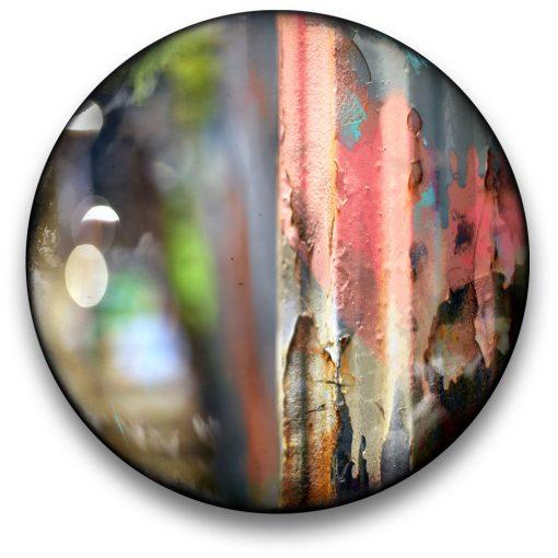 Oeuvre CIRCULAIRE 5. Technique mixte sur panneau de bois circulaire (photographie nocturne, travail numérique, peinture aérosol et époxy) par l'artiste visuel Pascal Normand.