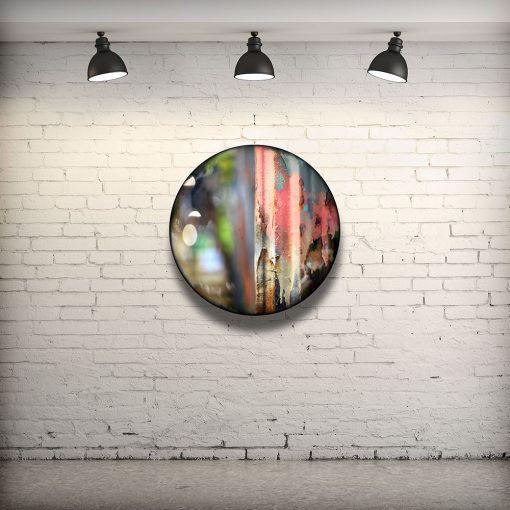CIRCULAIRE 5 en contexte. Technique mixte sur panneau de bois circulaire (photographie nocturne, travail numérique, peinture aérosol et époxy) par l'artiste visuel Pascal Normand.