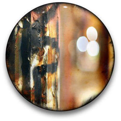 Oeuvre CIRCULAIRE 6. Technique mixte sur panneau de bois circulaire (photographie nocturne, travail numérique, peinture aérosol et époxy) par l'artiste visuel Pascal Normand.