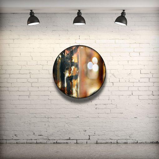 CIRCULAIRE 6 en contexte. Technique mixte sur panneau de bois circulaire (photographie nocturne, travail numérique, peinture aérosol et époxy) par l'artiste visuel Pascal Normand.