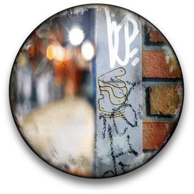 Oeuvre CIRCULAIRE 7. Technique mixte sur panneau de bois circulaire (photographie nocturne, travail numérique, peinture aérosol et époxy) par l'artiste visuel Pascal Normand.