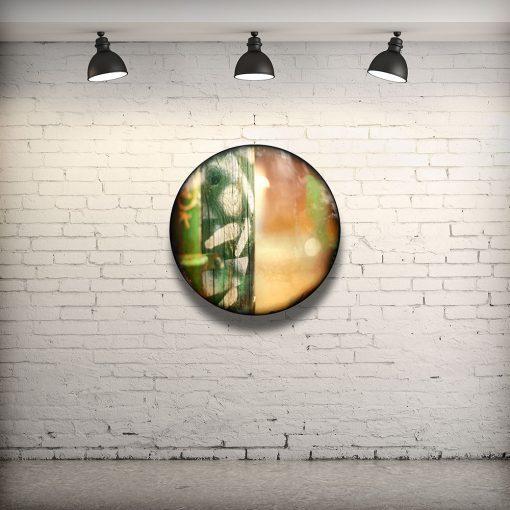 CIRCULAIRE 8 en contexte. Technique mixte sur panneau de bois circulaire (photographie nocturne, travail numérique, peinture aérosol et époxy) par l'artiste visuel Pascal Normand.