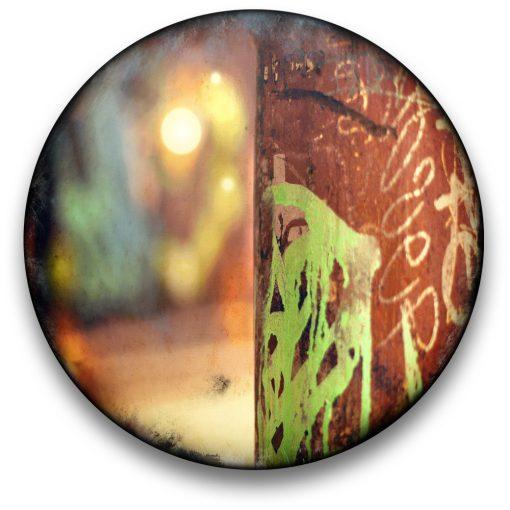 Oeuvre CIRCULAIRE 9. Technique mixte sur panneau de bois circulaire (photographie nocturne, travail numérique, peinture aérosol et époxy) par l'artiste visuel Pascal Normand.
