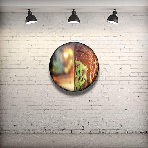 CIRCULAIRE 9 en contexte. Technique mixte sur panneau de bois circulaire (photographie nocturne, travail numérique, peinture aérosol et époxy) par l'artiste visuel Pascal Normand.