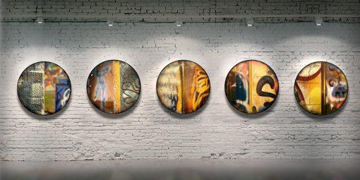 Série CIRCULAIRE en contexte sur mur de brique. Pièces 16 à 20. Technique mixte sur panneau de bois circulaire (photographie nocturne, travail numérique, peinture aérosol et époxy) par l'artiste visuel Pascal Normand.