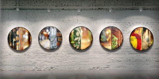 Série CIRCULAIRE en contexte sur mur de brique. Pièces 6 à 10. Technique mixte sur panneau de bois circulaire (photographie nocturne, travail numérique, peinture aérosol et époxy) par l'artiste visuel Pascal Normand.